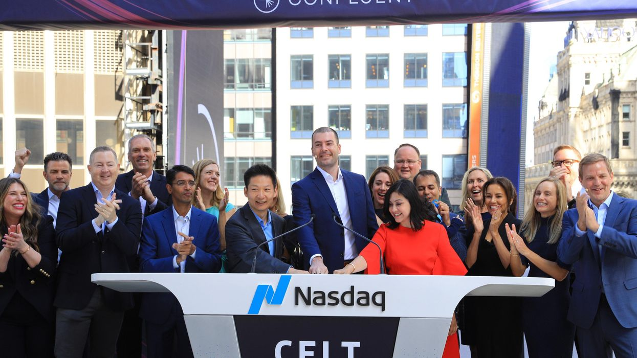 Confluent CEO Jay Kreps (center) marks the beginning of trading in his company's shares on the Nasdaq exchange.
